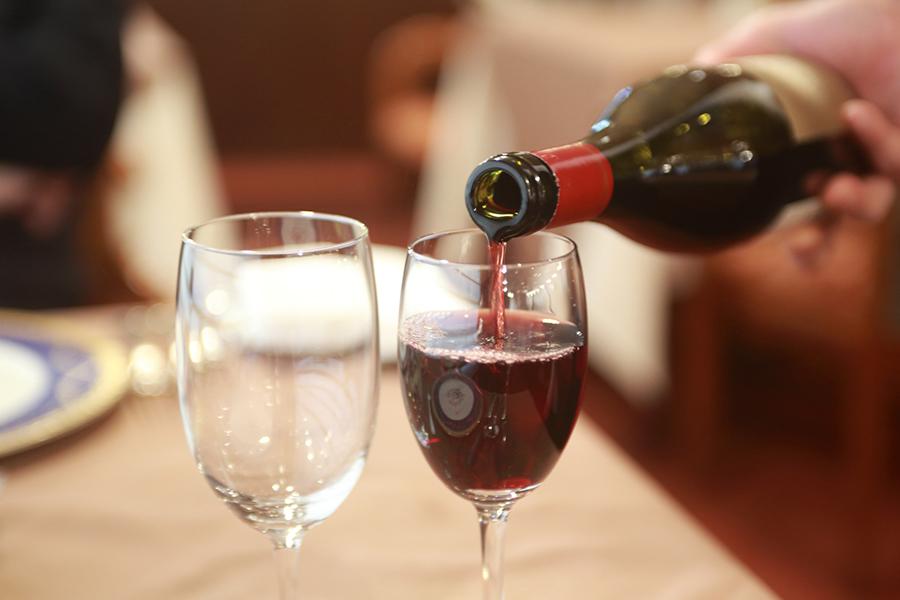 ワインをグラスに注ぐ画像