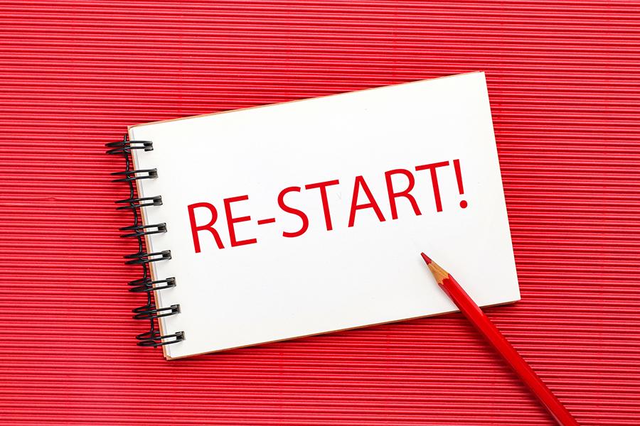 スケッチブックに赤鉛筆で書かれた「RE-START!」の文字