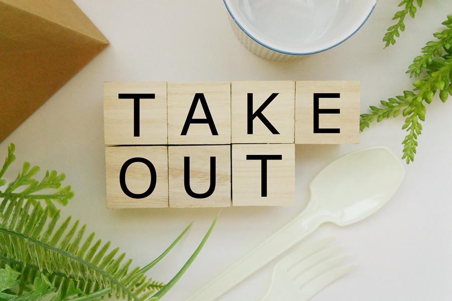 木のブロックに書かれた「TAKE OUT」の文字