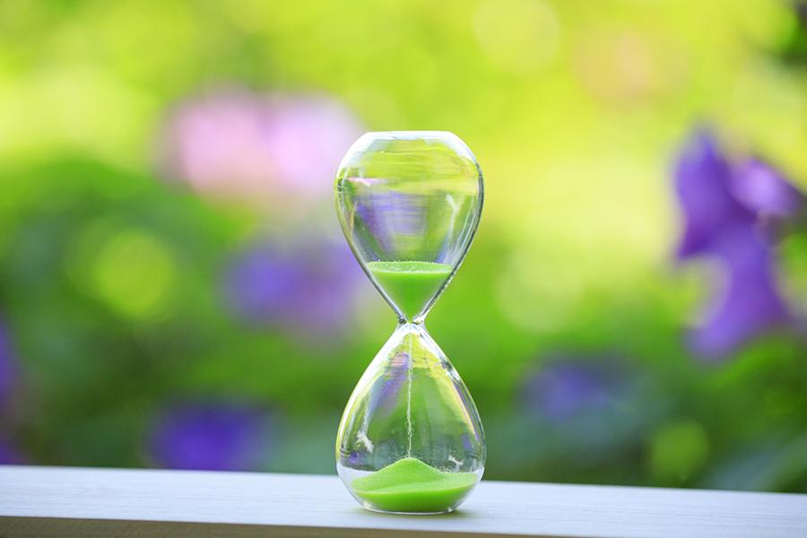 緑の砂時計で締め切りのイメージ写真