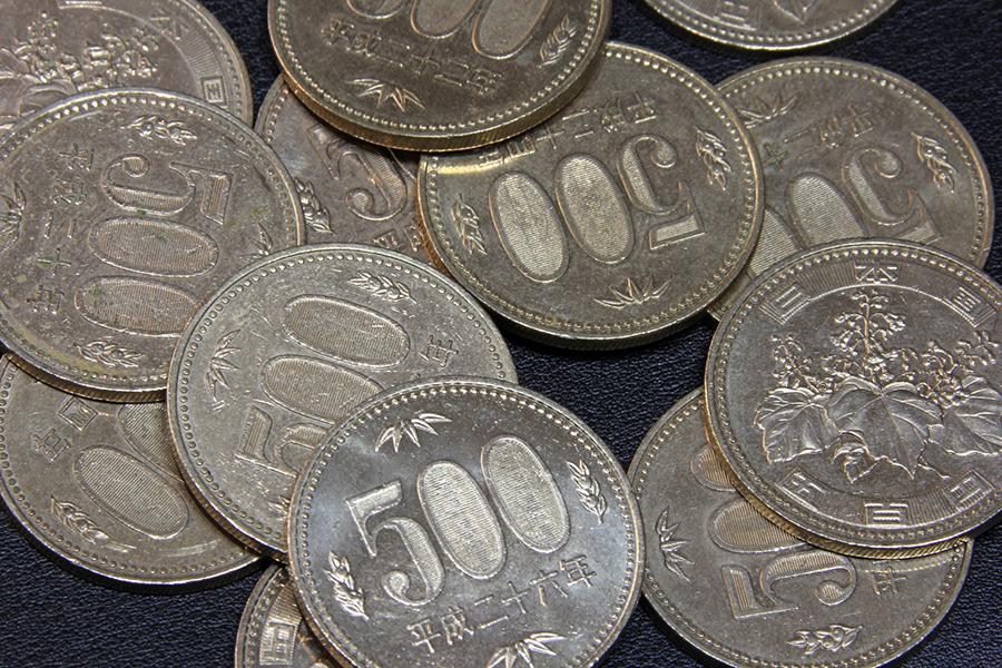 たくさんの500円玉の写真