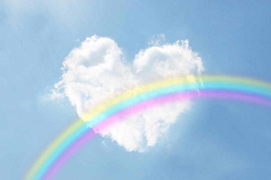 青空に掛かる虹とハート型の雲