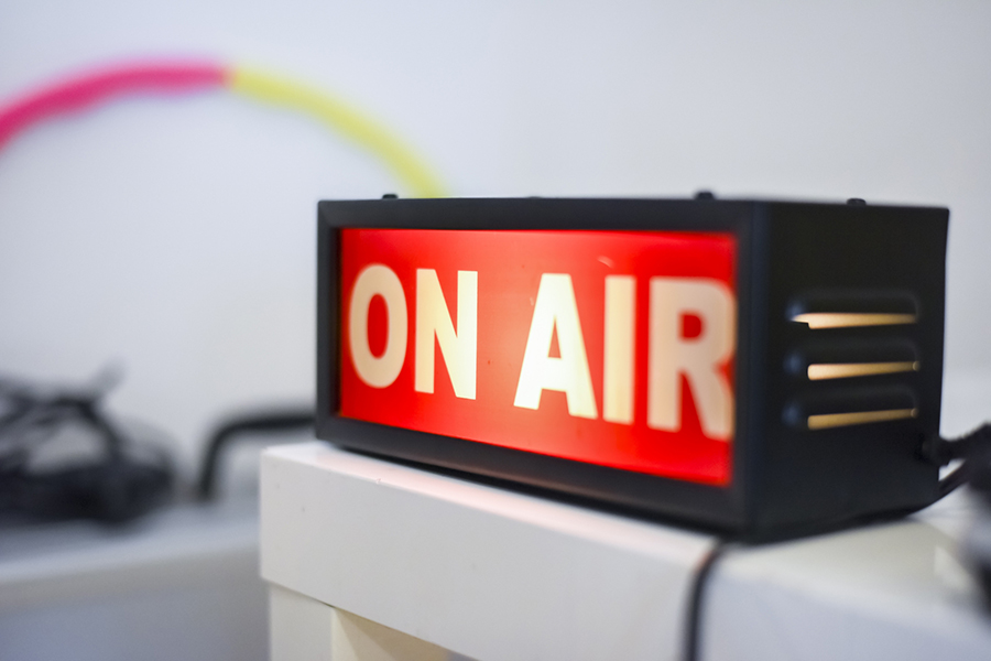 ラジオの本番中のイメージ写真