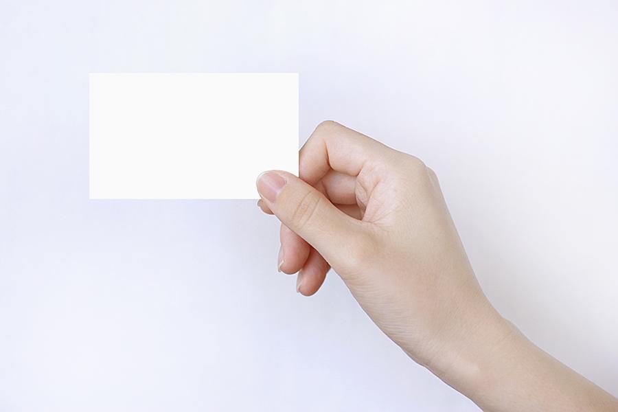 名刺を持つ手