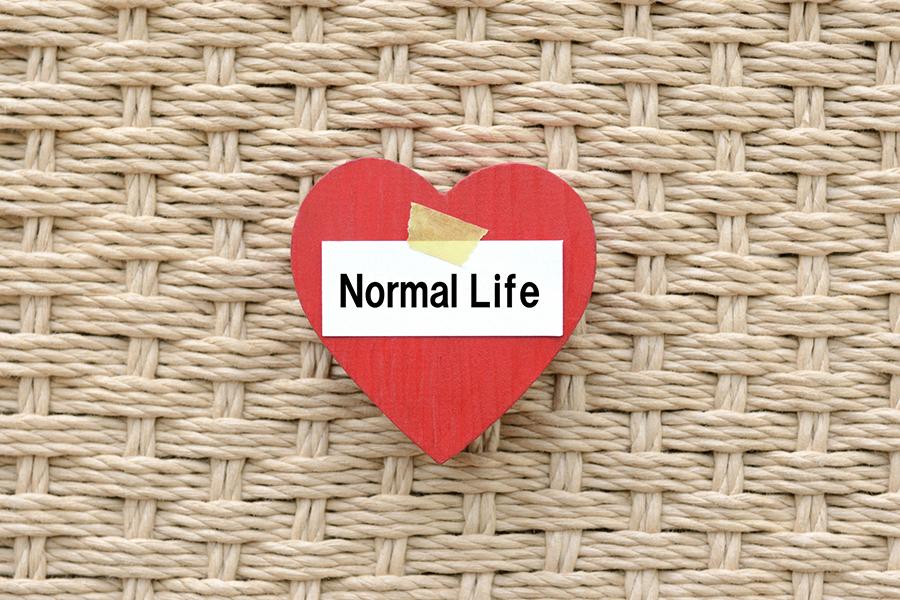 ハートに書かれた「Normal Life」の文字