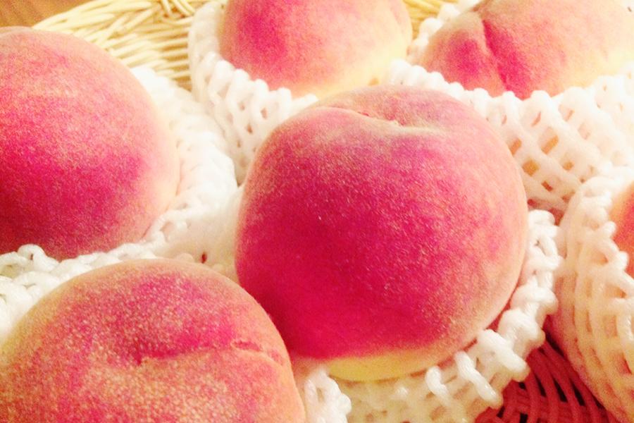 食べ頃の桃のイメージ写真
