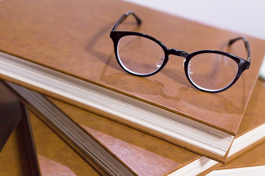 眼鏡と積み重ねられた本