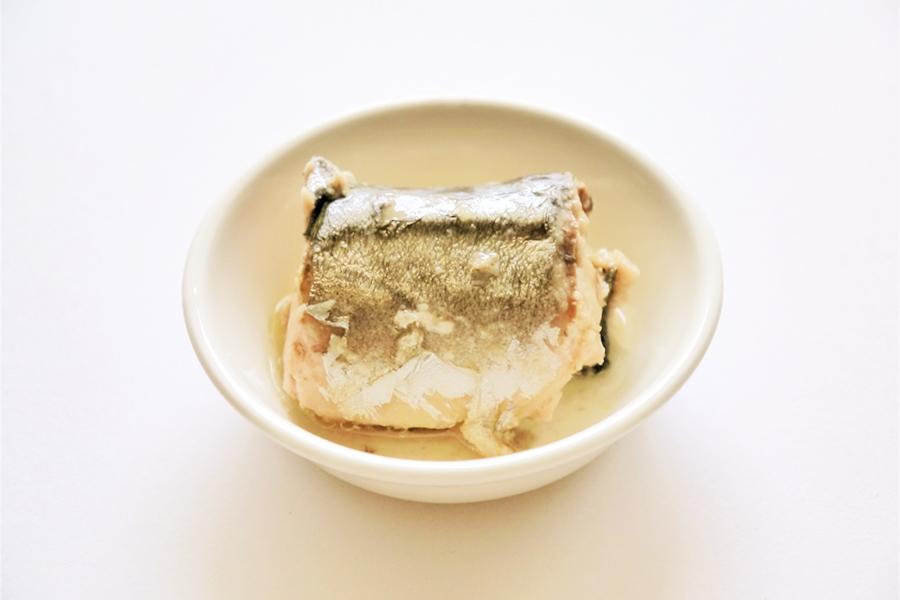 鯖缶の水煮をお皿に出した写真