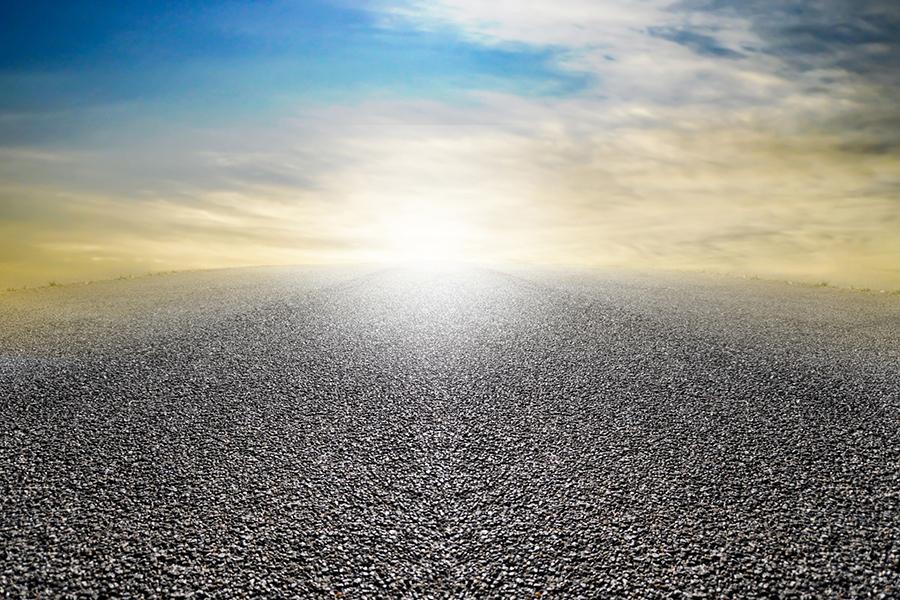 一本道の先の光