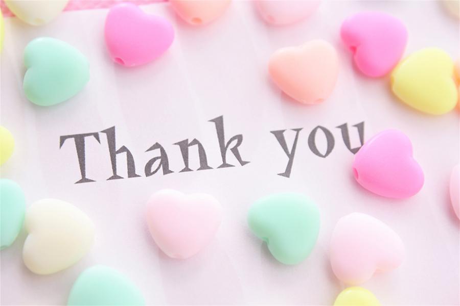 色とりどりのハートと「Thank you」の文字