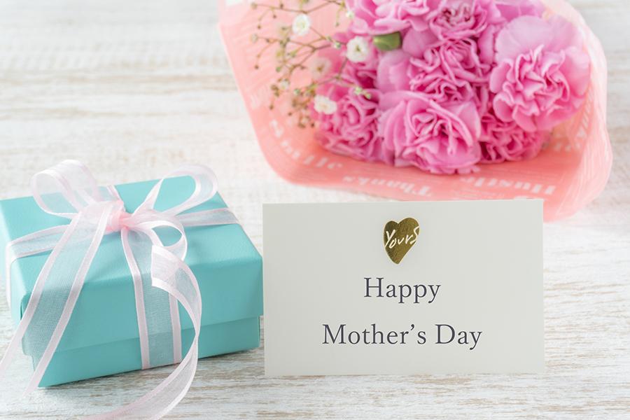 母の日の贈り物と「Happy Mother's Day」のメッセージカード