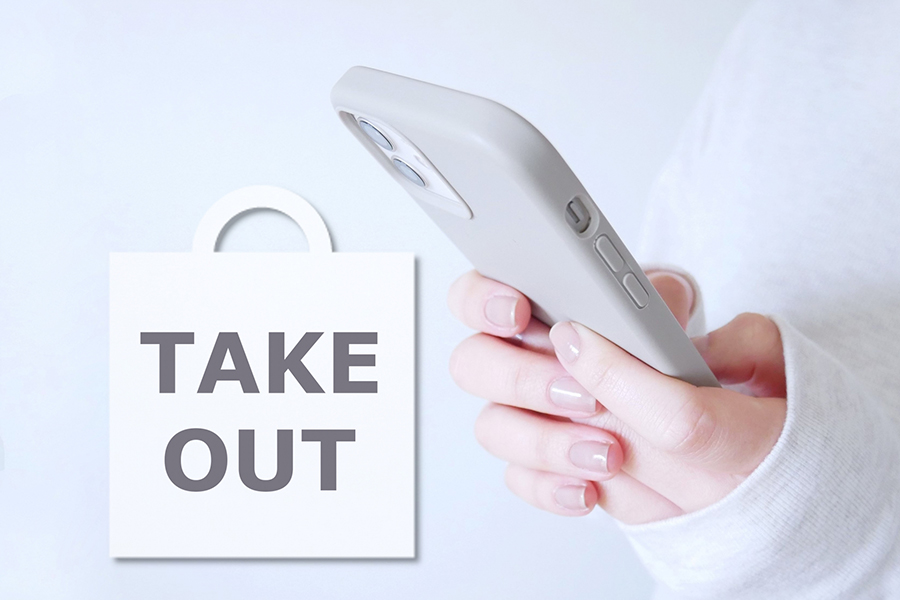 スマートフォンでテイクアウト商品を注文するイメージ写真