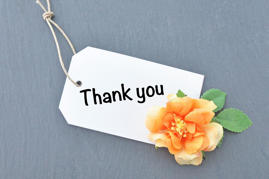 「Thank you」の文字が書かれたタグとお花