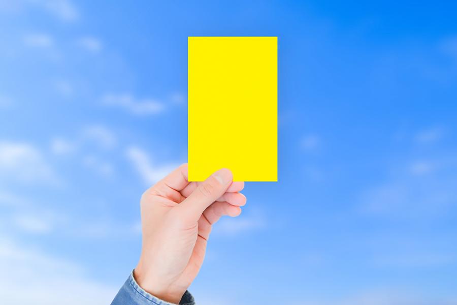イエローカードの提示で反則のイメージ写真